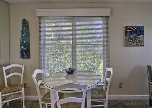 Dining seating for up to 4 guest