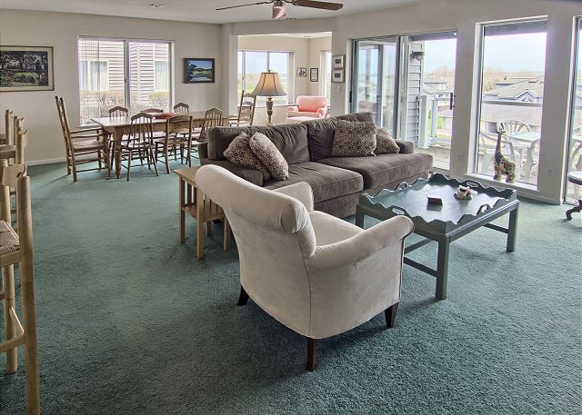 open concept dining, kitchen and living area
