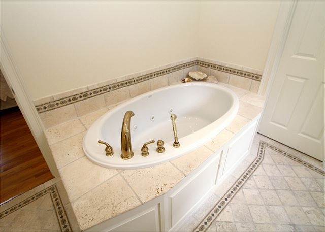 Master Bathroom w/ jetted tub