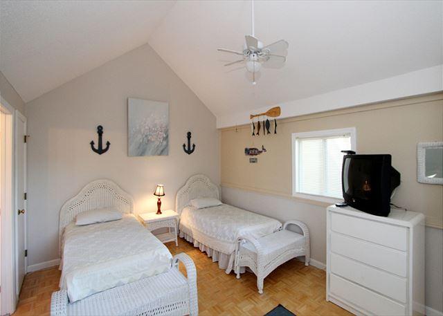 Upstairs bedroom (view 2)