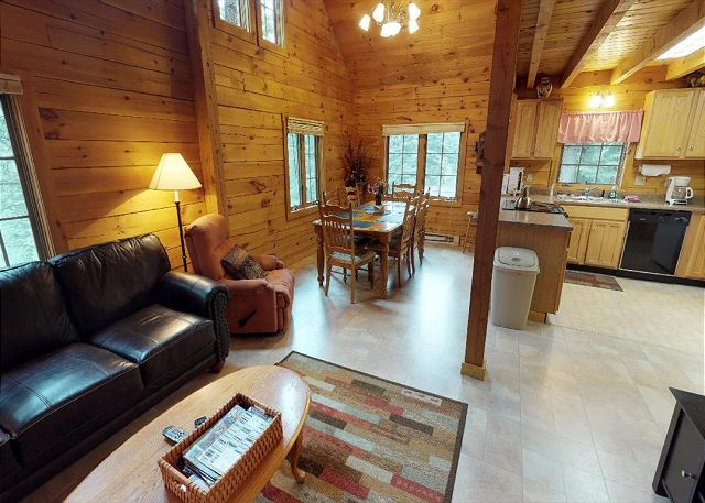 Secluded Log Home - Space for Families - Pet Friendly