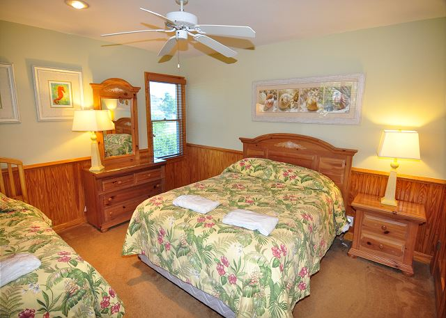 Queen/Twin Bedroom Entry Level of Silver Creek, a 5 bedroom, 4.5 bathroom vacation rental in Southern Shores, NC