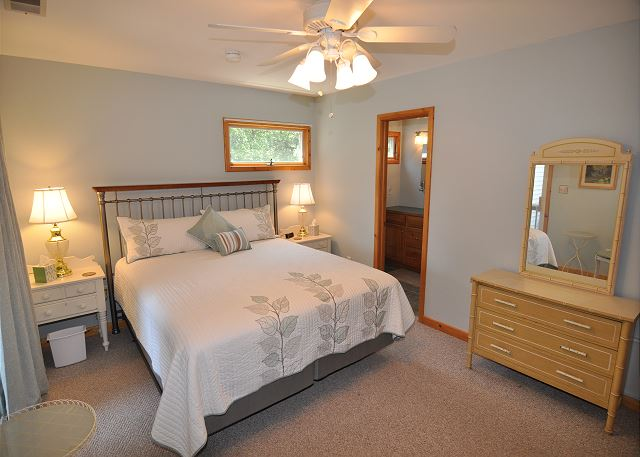 King Master Bedroom Top Level of Manhattan South, a 5 bedroom, 4.0 bathroom vacation rental in Southern Shores, NC