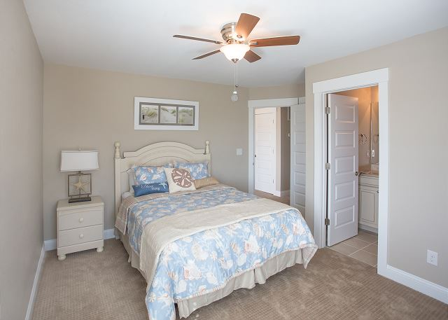 Queen Master Suite - Mid Level