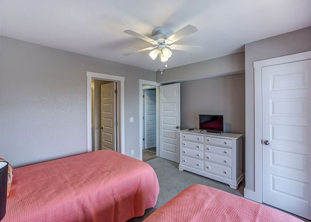 Double/Twin Master Bedroom - Mid Level