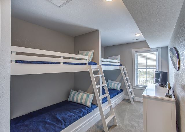 Built-In Two Bunk Bed Sets Master Bedroom - Mid Level