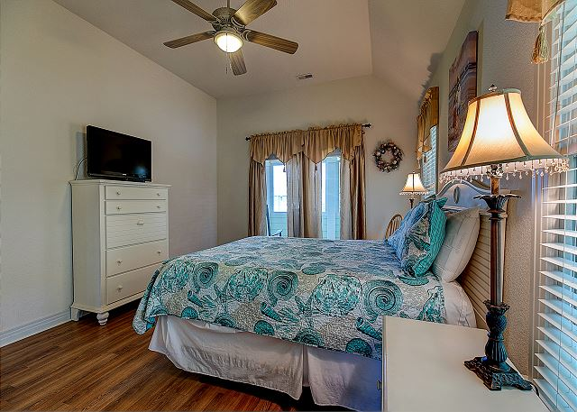 Queen Master Bedroom - Top Level
