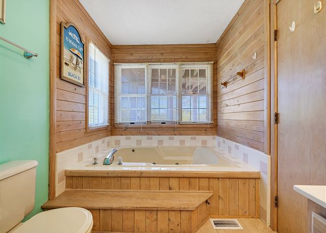 Queen Master Bath - Mid Level