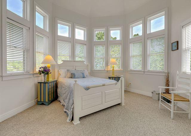 Queen Bedroom - Top Level