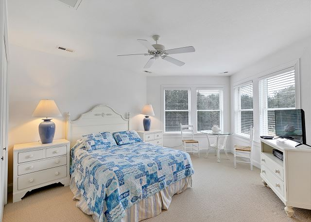 Queen Bedroom - Top Level