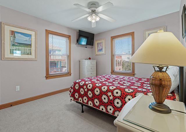 Queen Bedroom (1) - Mid Level