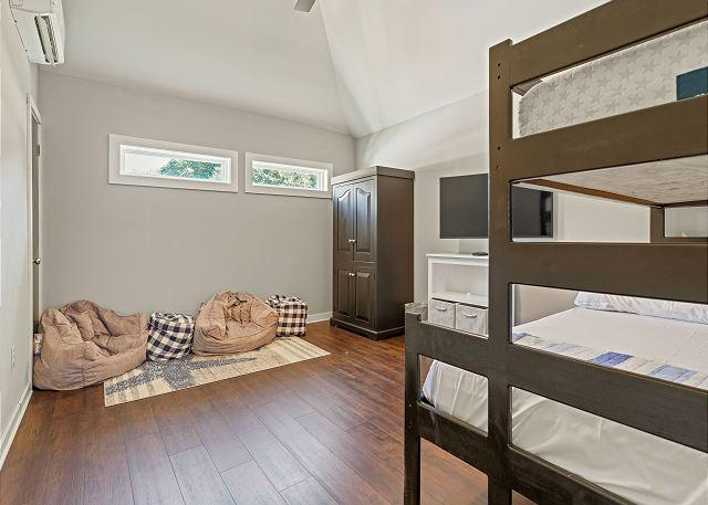 Pyramid Bunk Bedroom - Ground Level