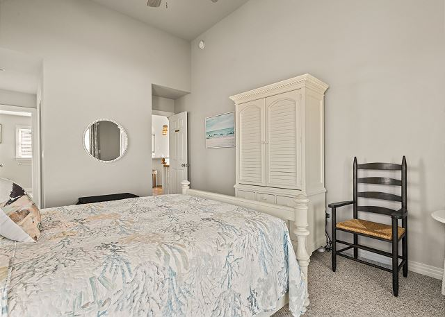 Queen Master Suite - Top Level