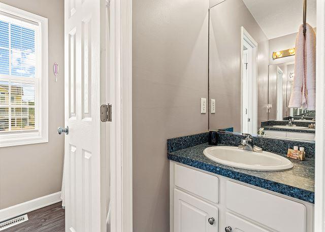 Hall Bathroom - Mid Level
