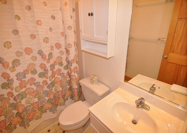 Hallway Bath Mid Level OB Wave is a 5 bedroom, 3.5 bathroom vacation rental in Corolla, NC