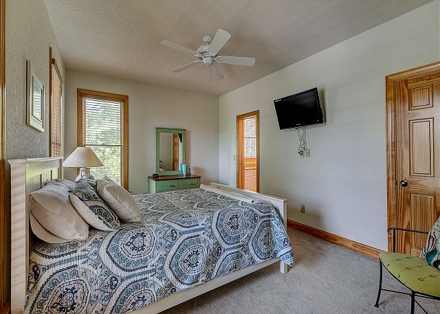 Queen Bedroom mid level of Southern Breeze, a 5 bedroom, 4.5 bathroom vacation rental in Corolla, NC