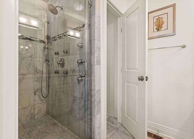King Master Bath - Mid Level