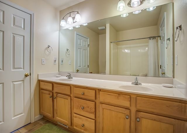 Hall Bathroom Mid Level of Just Peachy, a 4 bedroom, 4.5 bathroom vacation rental in Kill Devil Hills, NC