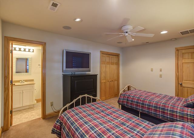 Twin Bedroom Master Ground Level of Southern Breeze, a 5 bedroom, 4.5 bathroom vacation rental in Corolla, NC