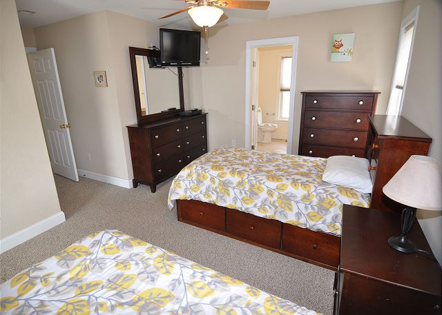 Two Twin Beds Master Suite - Mid Level