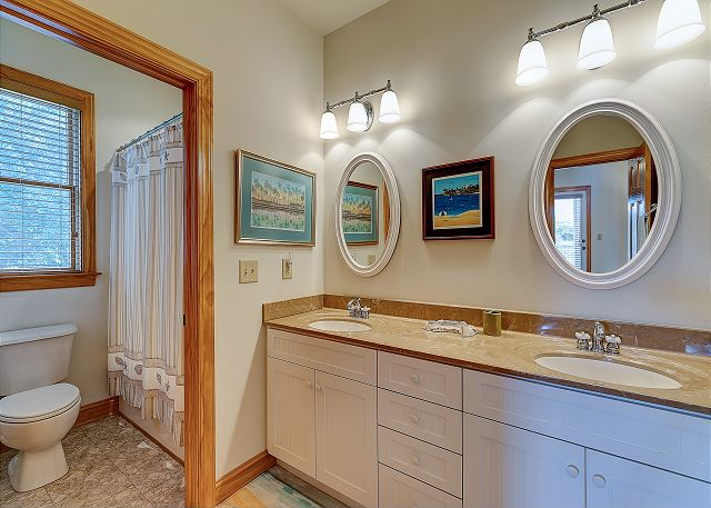 Queen Master Bath mid level of Southern Breeze, a 5 bedroom, 4.5 bathroom vacation rental in Corolla, NC