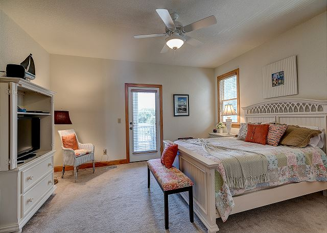 Queen Master Suite mid level of Southern Breeze, a 5 bedroom, 4.5 bathroom vacation rental in Corolla, NC