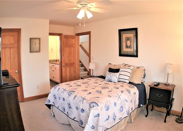 Queen Master Bedroom Mid Level OB Wave is a 5 bedroom, 3.5 bathroom vacation rental in Corolla, NC