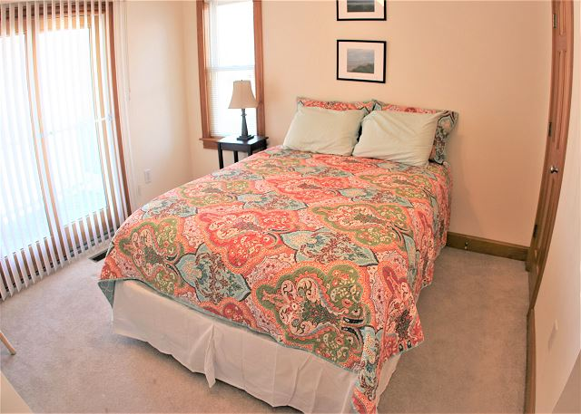Queen Bedroom Mid Level OB Wave is a 5 bedroom, 3.5 bathroom vacation rental in Corolla, NC