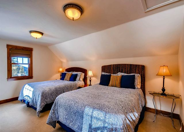 Crystal Peak Queen - sleeps 6 in two queen beds and two twin beds
