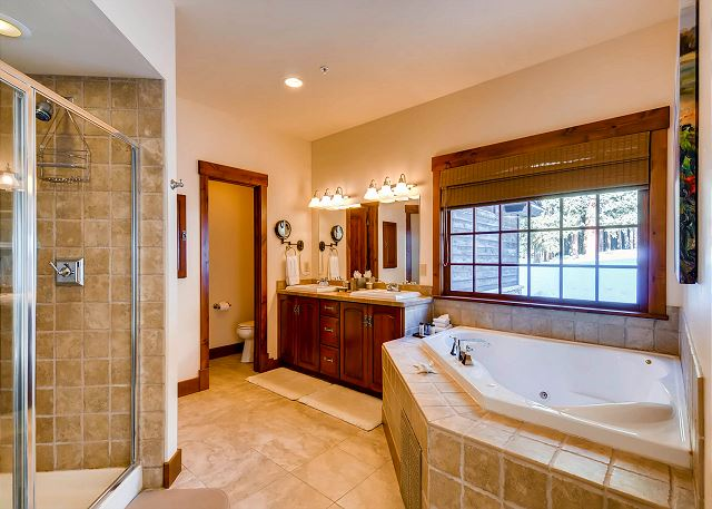 Quandary Peak Main Suite Ensuite Bath with 2 sinks, large tub and separate walk-in shower