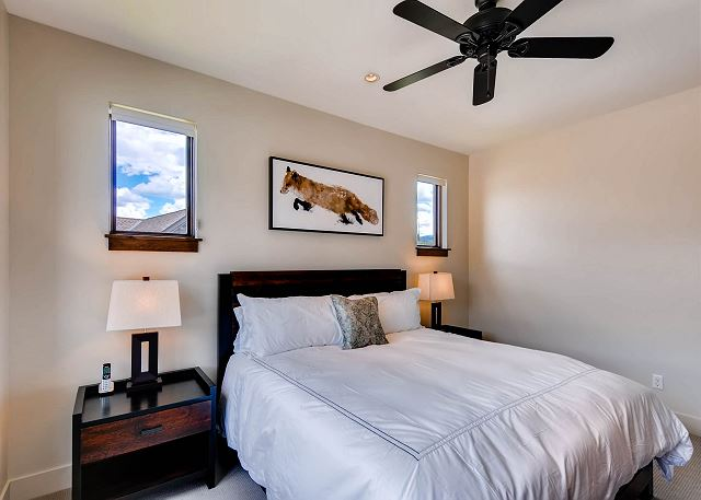 Mine Tailings King Suite - sleeps 2 in king bed, ensuite bath with tub and shower
