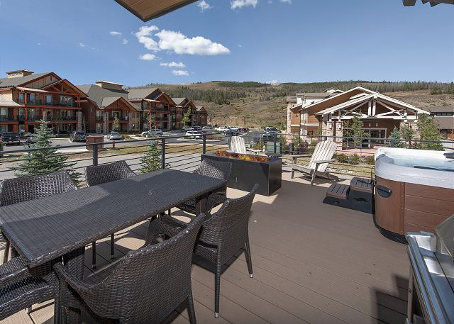 Outdoor dining, fire pit & hot tub