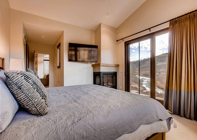 - sleeps 2 in one king bed with views of the river, a warm fireplace, TV and ensuite bathroom with soaking tub