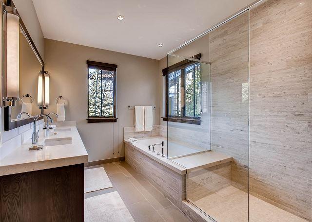 River Bend King Ensuite Bathroom