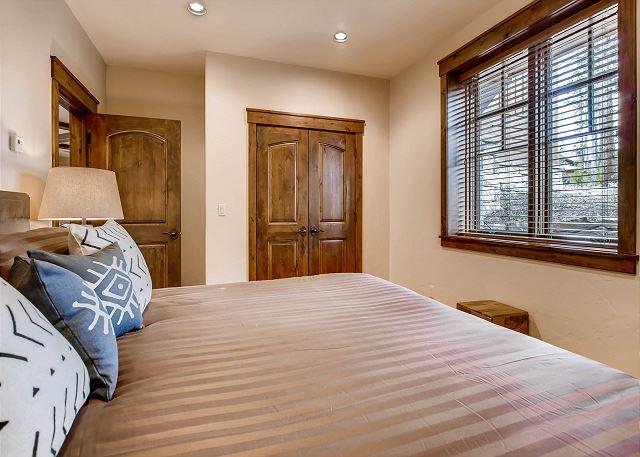 Lynx Bedroom - Sleeps 2 in one king bed