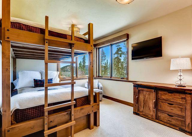 - sleeps 2 to 4 in one queen bunk