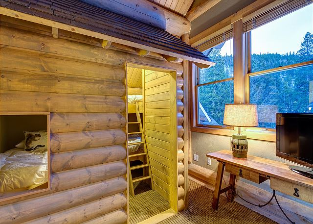 sleeps 4 in two sets of twin bunk beds, shared bath with family suites