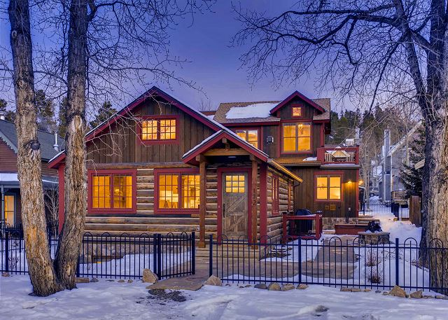Conveniently placed in town with a beautiful mountain modern interior.