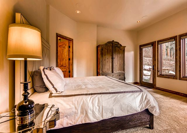 Warden of the North Suite - sleeps 2 in one king bed