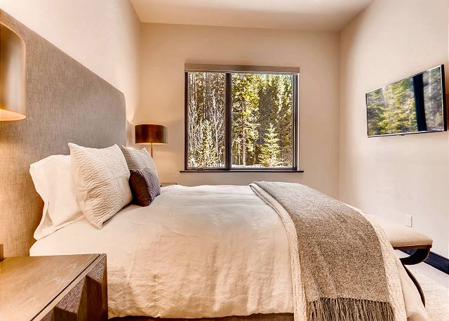 features Smart TV and relaxing views of the Blue River