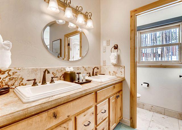 ensuite dual sinks in bathroom