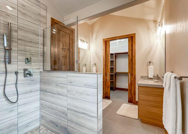 Haslett's King Ensuite Bathroom