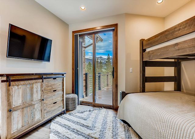 - sleeps 2 to 3 in one captain's bunk