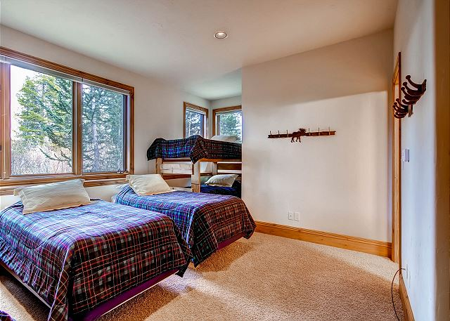 sleeps 6 (2 in two twin beds, 4 in two twin bunk beds), ensuite bath
