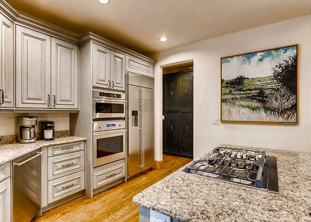 gas cooktop, and fridge/freezer with ice maker