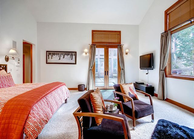 Kensington Main Suite - sleeps 2 in one king bed, ensuite bath, sitting area and gas fireplace