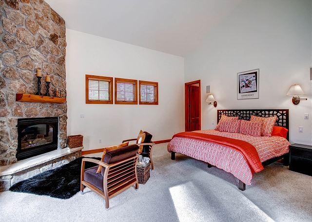 Kensington Main Suite - sleeps 2 in one king bed, ensuite bath