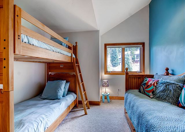 North Norfolk Wing Bunk - sleeps 4 in one set of twin bunks and one twin bed with pull out trundle bed, shares hall bath with North Norfolk Wing King