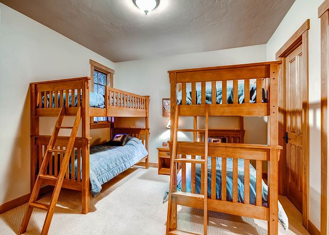 Enchanted Bunk Quarters - Sleeps 4 in two bunks (4 twin beds), ensuite bath