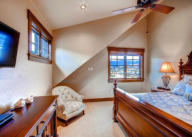 Majestic Mountains King - sleeps 2 in one king bed, ensuite bath